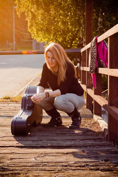 Fia with guitar on bridge
